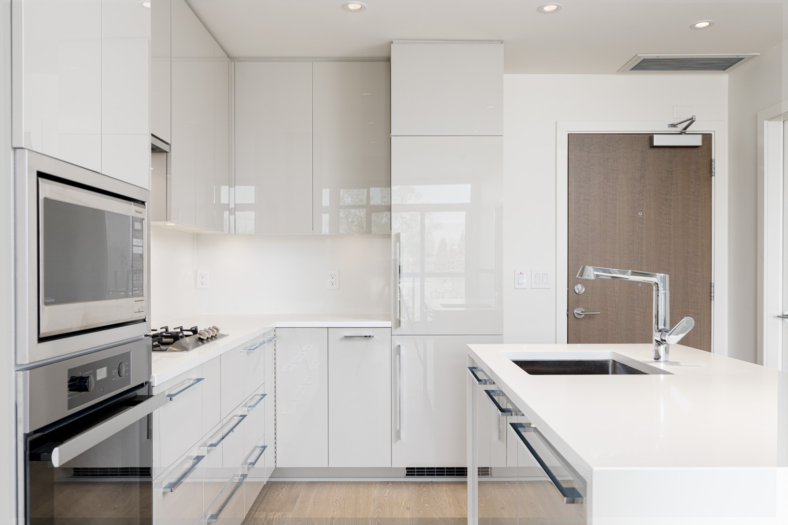 Monochromatic kitchen with all the essential appliances