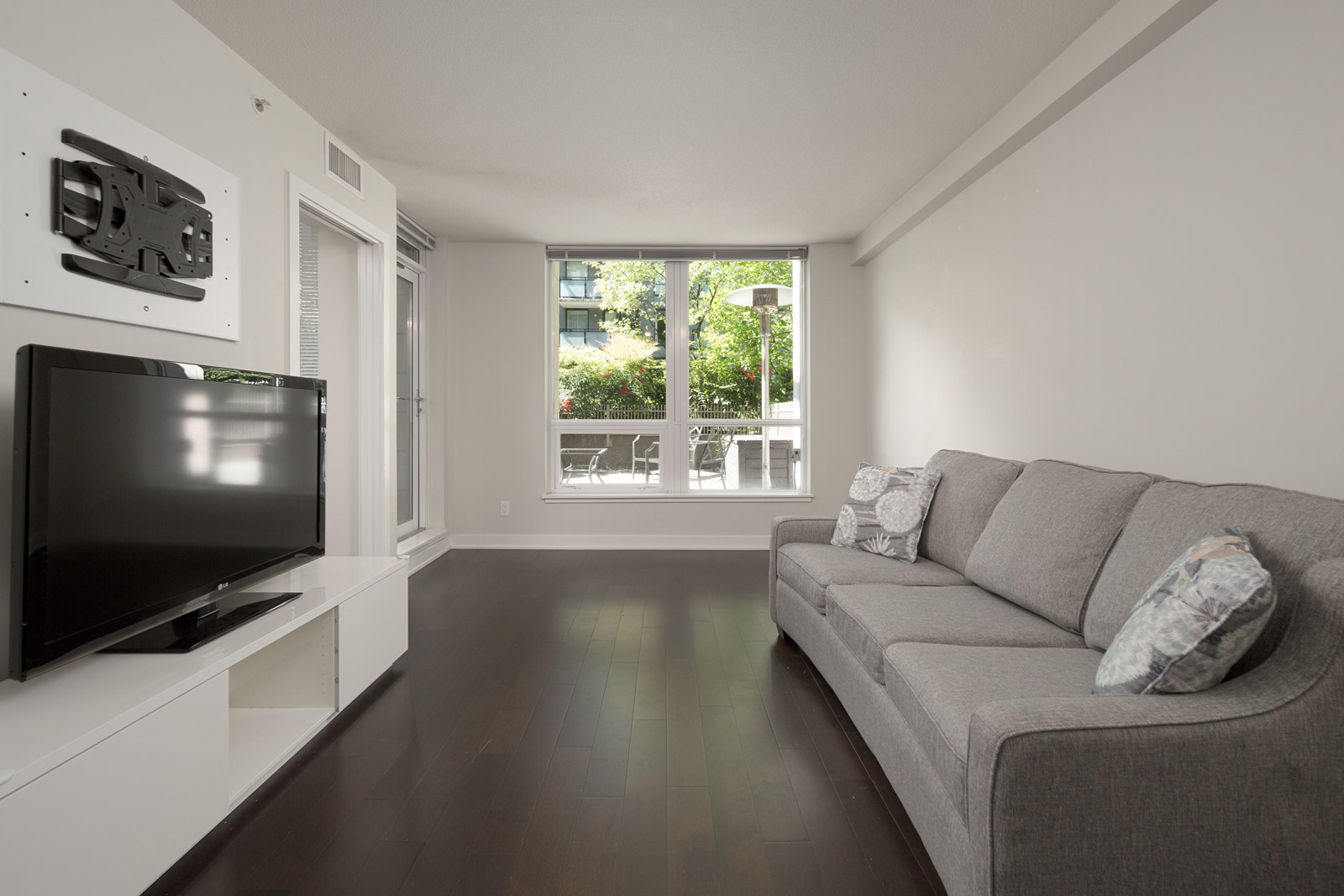 living room with laminated floors in rental condo in the Downtown neighbourhood of Vancouver