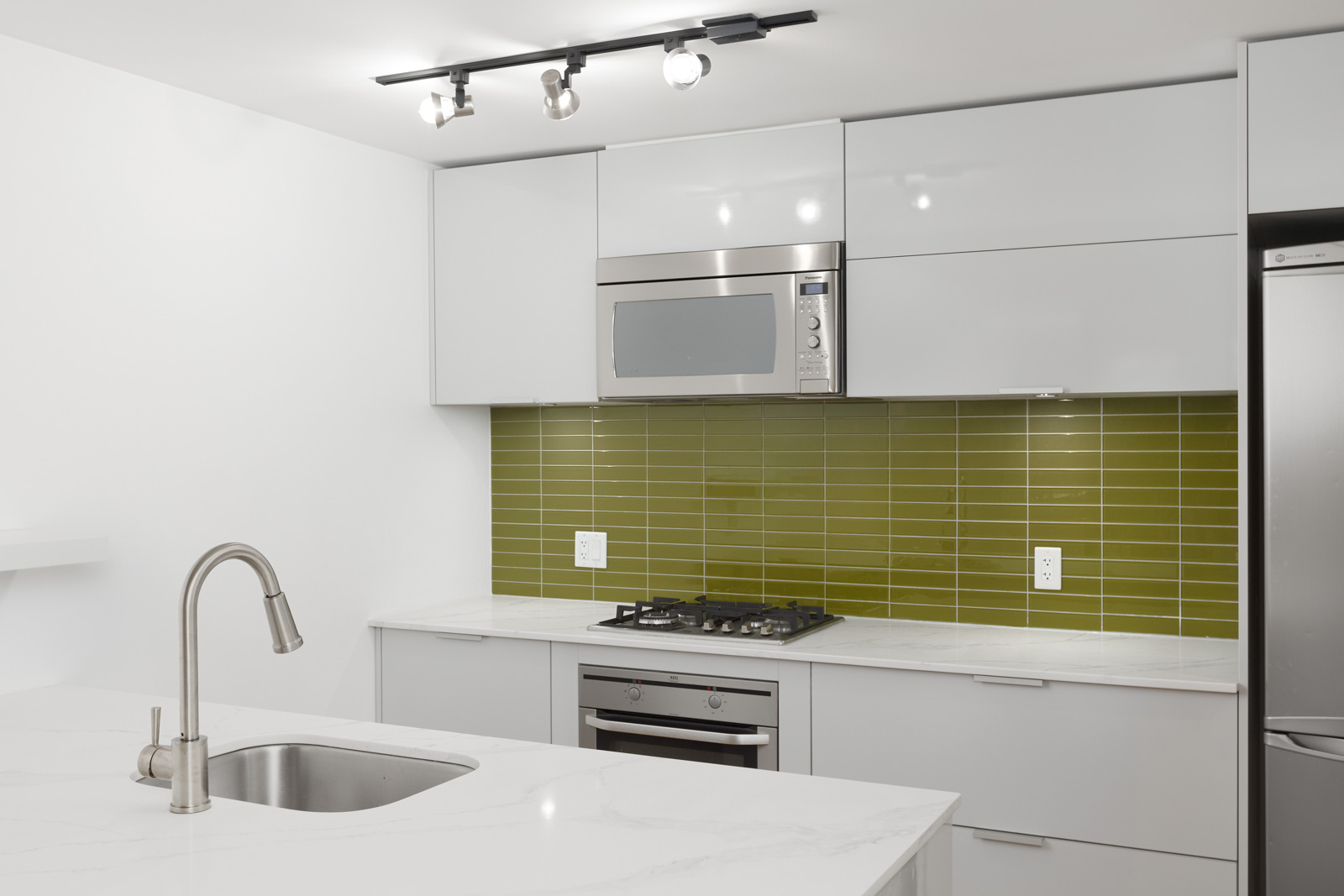 Kichen with high-end appliances in rental managed by Birds Nest Properties